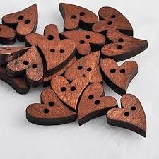 Botón de madera decorativo con forma de corazón